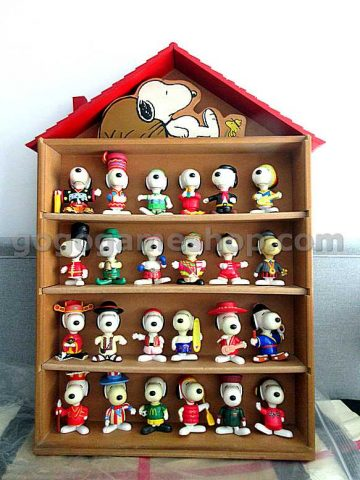 McDonald's Snoopy World Tour Mix of 24 Mini Figures With Wooden Case